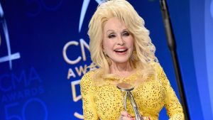 dolly accepts award